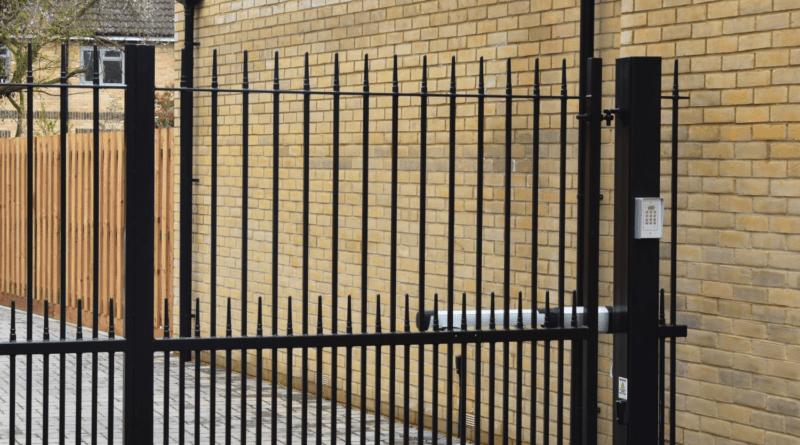 Jak dobrać siłownik do bramy skrzydłowej, aby służył latami?